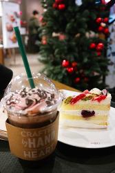 스타벅스 산타햇 다크모카 아이스, 크리스마스 마카롱 케이크 - Starbucks Santa Hat Dark Mocha, Christmas Macaron Cake