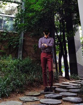[가을 느낌의 남자 패션 코디] 남자 체크 셔츠 코디 & 와인 바지 코디 with 다크브라운 벨트 및 로퍼