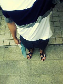 [지오송지오] 배색 티셔츠 + [티아이포맨] 모직 슬렉스 반바지 + [보세] 스포츠 샌들 / 2015. 08. 17