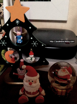 크리스마스 소품들: 트리, 산타인형, 산타볼