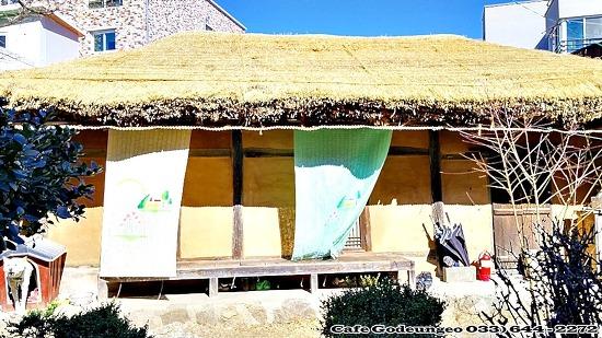 (강릉시내여행) 아직도 남아 있는 초가집,돌담과 싸리나무 대문.
