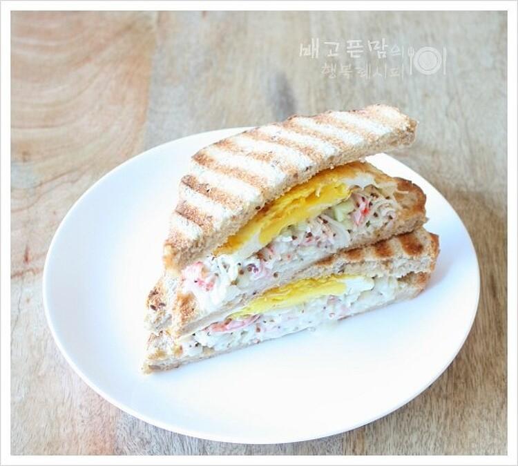 맛살 샌드위치로 점심 해결했습니다.