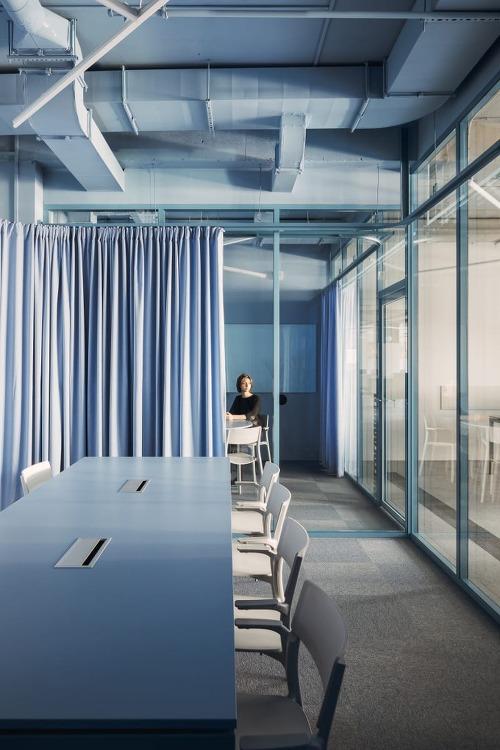 *포스트모더니즘 디자인과 파란색으로 표현한 판다독 사무실-[ STUDIO11 ] PANDADOC OFFICE