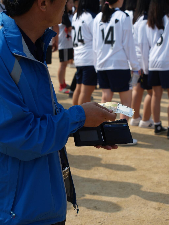 (선생님 지갑이 열리는건 어렵지 않아요~ 그냥 체육대회에서 종합우승만 하면 되요!)