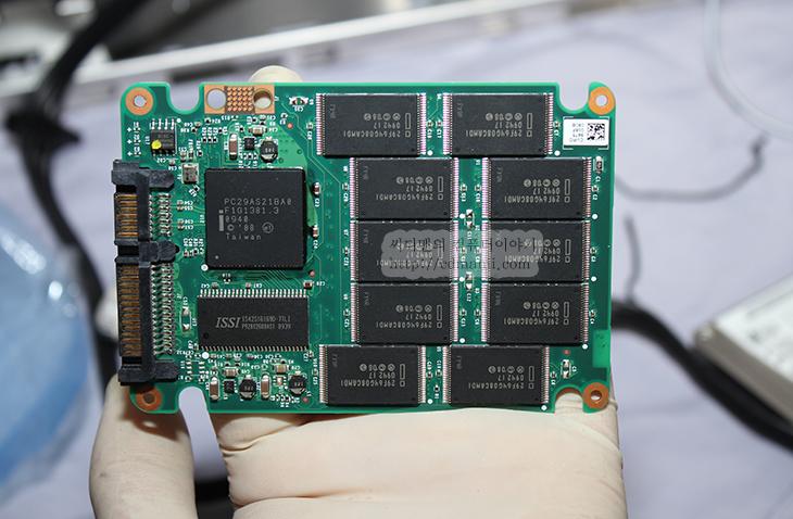 AHCI, It, MLC, slc, SSD, SSD 수명, SSD 오래, SSD 최적화, Superfetch, 가상 메모리, 가상페이지, 수명, 시스템 보호 끄기, 오래 쓰기, 이것만 알아두자, 인덱싱, 조각모음, 조각모음 예약 끄기, 페이징, 휴지통,SSD 최적화 관련글들이 상당히 많은데 실제로 쓰고 있는 입장에서 정확히 필요한것만 다시 모아 보았습니다. SSD를 처음에 너무 어렵게 느끼게 하는것도 사실 이 SSD 최적화에 대한 부분인데요. 하나하나 따라해보니 어렵진 않지만 항상 이렇게 해야하는지도 의문이고 뭐가 사실 좋아지는지도 정확히 모르겠고 어떻게 써야 고장안나고 오래 쓸지에 대해서도 고민을 하게 될 것입니다. 이번시간에는 SSD 최적화를 하는 이유를 설명하고 하면 어떤게 좋아지는지 천천히 살펴보도록 하겠습니다.  SSD는 크게는 SLC와 MLC타입으로 나뉩니다. SLC 타입이 MLC타입보다 좋은것은 아마 아실겁니다. 다만 가격이 고가이기 때문에 가격을 좀 더 낮추기 위해서 MLC를 많이 씁니다. 실제 사용자들이 많이 구매하는 것은 모두 MLC 타입입니다. 현재로선 그렇죠.