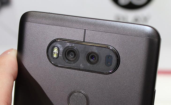 LG V20 ,사용 ,후기, 오디오 특화, 디자인, 세련되고, 카메라, 달라져,IT,IT 제품리뷰,오디오에 최적화 되어서 나온다던 제품이 나왔는데요. 실제로 사용해보니 꽤 세련되어졌습니다. LG V20 사용 후기로 오디오 특화된 부분과 카메라 등 달라진 부분을 살펴봤는데요. 확실히 엘지는 나올때마다 디자인이 좀 달라지긴 하네요. 충격에 좀 더 강하게 만들기 위해서 금속 재질도 이용을 했습니다. LG V20 사용을 길게는 못했지만 계속 만져는 봤는데요. UX는 확실히 최신 버전이 적용되어서인지 편하긴 하더군요.