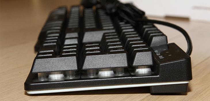 XECRET K2 ,로이체, 백라이트 플런저 게이밍 키보드,로이체 XECRET K2,로이체,기계식 키보드, 플런저, SEMI-MECHANICAL 키보드, 세미 기계식 키보드, 플런저 스위치,MX 스위치,IT,IT 제품리뷰,후기,사용기,XECRET,XECRET K2 제품을 소개합니다. 백라이트 플런저 게이밍 키보드를 로이체에서 수입해서 판매를 하고 있는데요. 플런저 스위치 방식은 고가의 기계식키보드의 강점인 키감과 동시 입력 등이 비슷하며 대신 가격은 1/3으로 낮은 가격으로 장점을 가진 방식입니다. XECRET K2는 플런저 스위치 방식을 채택하고 있습니다. 키는 어느 부분을 누르더라도 동일한 압력으로 눌리게끔 되어있습니다. 누를때에는 약한 힘으로도 키가 쉽게 눌리며 올라오는 반반력은 강하고 딸깍 거리는 소리가 있어서 얼핏 들으면 기계시 키보드 같다는 느낌을 받게 합니다. XECRET K2 로이체 백라이트 플런저 게이밍 키보드에 익숙해지려고 지금도 타이핑을 하고 있는데요. 기게식 키보드도 축 타입 별로 느낌이 조금씩 다르고 적응하는데 약간 시간이 걸리는데 이것도 마찬가지이네요. 플런저 스위치 타입도 게임을 할 때 자주 사용되는 키부분에 최대 19키 안티고스트 기능을 제공해서 게임을 하는데에는 제격입니다. 생활방수 설계도 되어있어서 물이 흐르더라도 키에 문제를 일으키지 않도록 되어있습니다. 그럼 실제로 사용해본 소감을 아래에 적어보도록 하겠습니다.