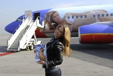 사우스웨스트 항공의 섹시모델 페인팅 항공기 (AFP)