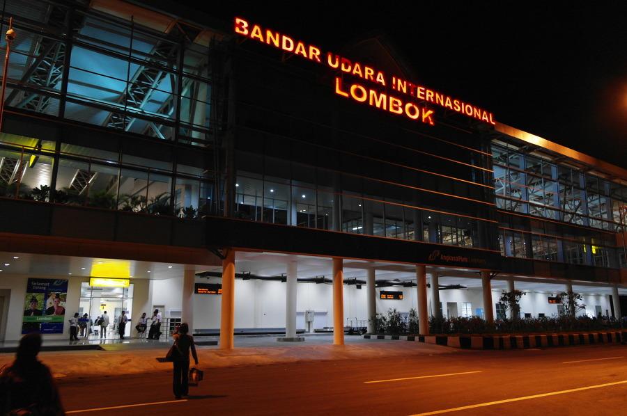 롬복공항 건물의 밤모습