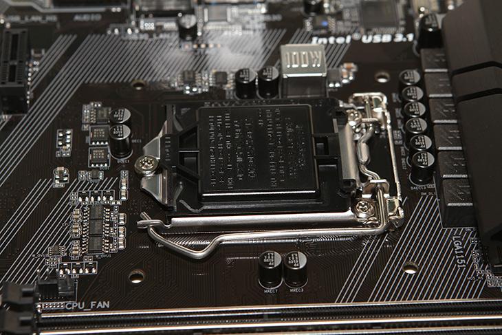 기가바이트, H170 ,DESIGNARE ,기본기 ,탄탄한, 메인보드,IT, IT 제품리뷰,실제로 사용해보니 깔끔한 보드 였는데요. 스카이레이크를 지원하는 깔끔한 제품 입니다. 기가바이트 H170 DESIGNARE는 오버클러킹과 같은 화려한 기능은 없지만 기본 기능에 상당히 충실한데요. 크로스파이어를 지원하는 2개의 슬롯과 그래픽카드간의 간격을 준 부분이 있습니다. 기가바이트 H170 DESIGNARE는 이전에 검은색에 빨강색의 느낌이었던것이 파랑색으로 바뀐 부분이 있습니다. 약간 뭔가 바뀐듯 하지만 세세하게 보면 좀 더 변화가 있는데요.
