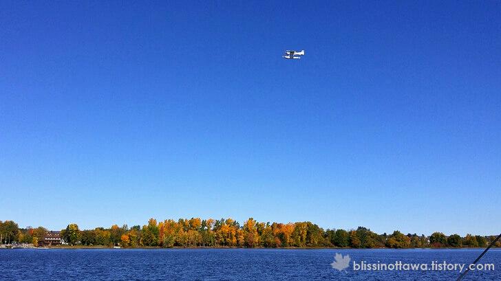 호수 위를 나는 수상 경비행기
