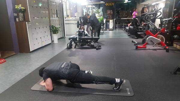 코어(Core) 강화운동 - 플랭크 사이드 니킥(Plank side kneekick)