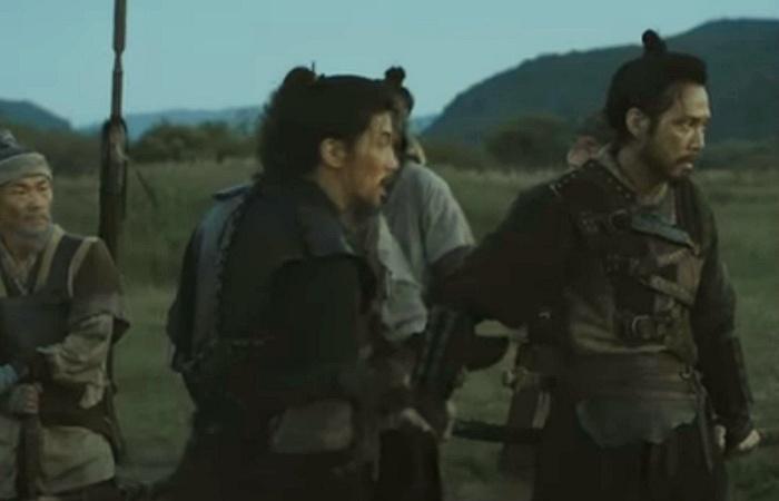 사진: 영화 대립군에서 실제 병사로 연기하는 이정재. 광해군은 그를 따라 다니며 점점 유약한 면을 버리고 강해지게 된다. [선조와 왕실의 대립군 광해군의 갈등]