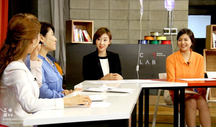 유인경 기자와 신입사원들이 이야기를 나누는 모습