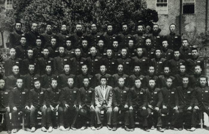 사진: 당시 부산상고 졸업사진. 현재는 개성고등학교로 바뀌었다. 하지만 보수권에서는 노무현에게 고졸출신 대통령이라고 비아냥거렸다. [가난한 시골 소년 노무현입니다]