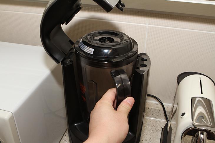 한샘 진공블렌더 오젠 ,강한 분쇄력, 호두 요거트 만들기,인테리어,한샘,진공블렌더,한샘 진공블렌더 오젠 강한 분쇄력을 이용해서 호두 요거트 만들기를 해보도록 하겠습니다. 저는 이것을 무척 유용하게 사용하고 있는데요. 집에 작은 믹서기는 하나 있었지만 진공을 한 상태에서 믹서를 하는 기기는 더 쓸모가 많죠. 과일을 갈아낼 때 무척 좋은데요. 한샘 진공블렌더 오젠은 고기나 단단한 열매 등도 곱게 분쇄시킬 수 있습니다. 저는 요거트에 호두를 갈어서 넣고 꿀을 넣어서 좀 더 멋지게 먹어보려고 합니다. 이 외에도 고기를 곱게 다지거나 콩가루를 내거나 하는 등에도 사용이 가능 합니다. 한샘 진공블렌더 오젠은 동작시킬 때 소음이 좀 있는 편이긴 한데요. 물론 이것은 성능이 워낙 높아서 이기도 합니다. 물론 강약을 조절 할 수 있어 원하는 만큼 분쇄가 가능하죠. 실제로 이번에 만들것도 열매를 너무 곱게 갈아버리면 씹는 맛이 없어지므로 적당히 원하는만큼만 분쇄를 했습니다.