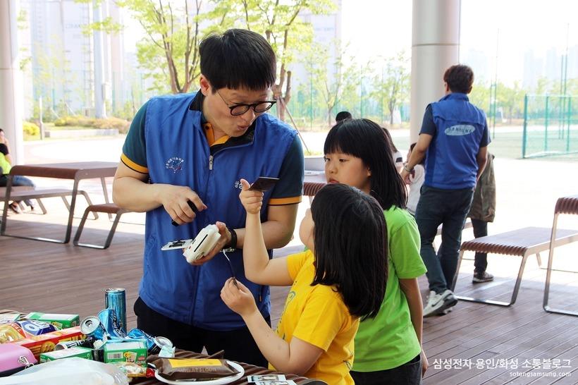 아이들과 사진을 찍는 삼성전자 임직원