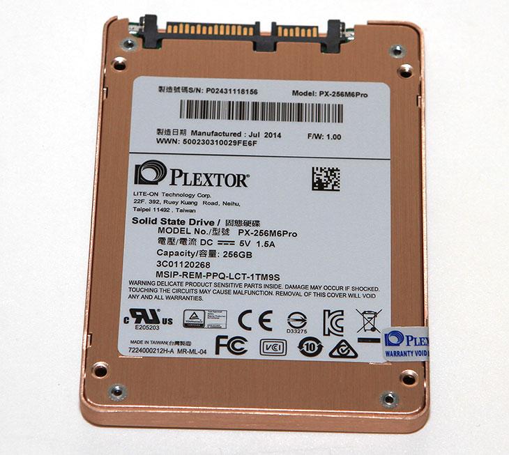 플렉스터 SSD M6 PRO 256GB, 벤치마크, PlexTurbo ,안정성,플렉스터 SSD M6 PRO 256GB 벤치마크,플렉스터 SSD, plextor,플렉스터,IT,IT제품리뷰,후기,사용기,플렉스터보,램캐시,SSD,SSD 추천,플렉스터 SSD M6 PRO 256GB 벤치마크를 통해서 안정성을 확인해보려고 합니다. PlexTurbo 라는 기능을 넣어서 램을 캐시영역으로 써서 쓰기 및 읽기 속도를 많이 올린것도 특징인 제품인데요. 저는 대만에서 이 제품을 처음 봤는데요. 모니터에 나온 플렉스터 SSD M6 PRO 256GB 벤치마크 점수를 보고 깜짝 놀랐었습니다. S-ATA3 영역에서 나올 수 없는 점수가 나왔었기 때문이죠. 그래서 RAID가 된것이 아닌가 하고 봤었습니다. 그런데 플렉스터 SSD M6 PRO 256GB 와 512GB 하나씩만 있더군요. 램영역을 이용한 속도를 늘리는 기술은 이번이 처음은 아닙니다. 그렇지만 실망하진 마세요. 램영역을 활용한 부분이 실제로 대용량 파일을 쓰고 지울때 큰영향을 못받는다고 할지라다도 기본성능이 상당히 우수합니다. 읽기는 500MB/sec 를 상회하고 쓰기 속도는 470MB/sec를 넘어갑니다. 읽기 쓰기 속도 모두 S-ATA3에서 단일 장치로 낼 수 있는 성능은 거의 끝까지 찍은 상태인데요.  플렉스터 SSD M6 PRO 256GB 제품은 이번에 골드 샴페인이라는 멋진 색을 입고 나왔습니다. 사실 처음 딱 보고 색이 달라보이는 커버 때문에 눈이 먼저 갔었습니다. 물론 컴퓨터에 한번 넣어버리면 볼일이 드물긴 하지만, 금속으로 되어있고 아름다운 컬러가 입혀진 이유로 소장할만한 충분한 가치는 있어보입니다. 지금은 점점 M2 인터페이스의 SSD도 많이 나오고 있는 추세이긴 한데요. 아직은 S-ATA단자를 더 많이 쓰고 있는터라 고성능의 SSD는 아직은 사람들이 많이 찾을 듯 합니다. 그럼 성능을 알아보죠.