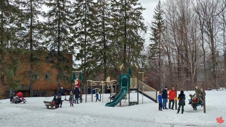 캐나다 겨울 놀이터 모습입니다