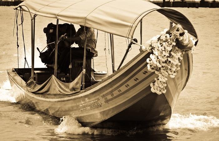 사진: 현재도 짜오프라야강에서는 작은 배를 이용한 교통이 많이 이용되고 있다. [라마 5세와 쑤난타 왕비 - 쭐랄롱꼰 국왕의 태국의 노예제도 폐지]