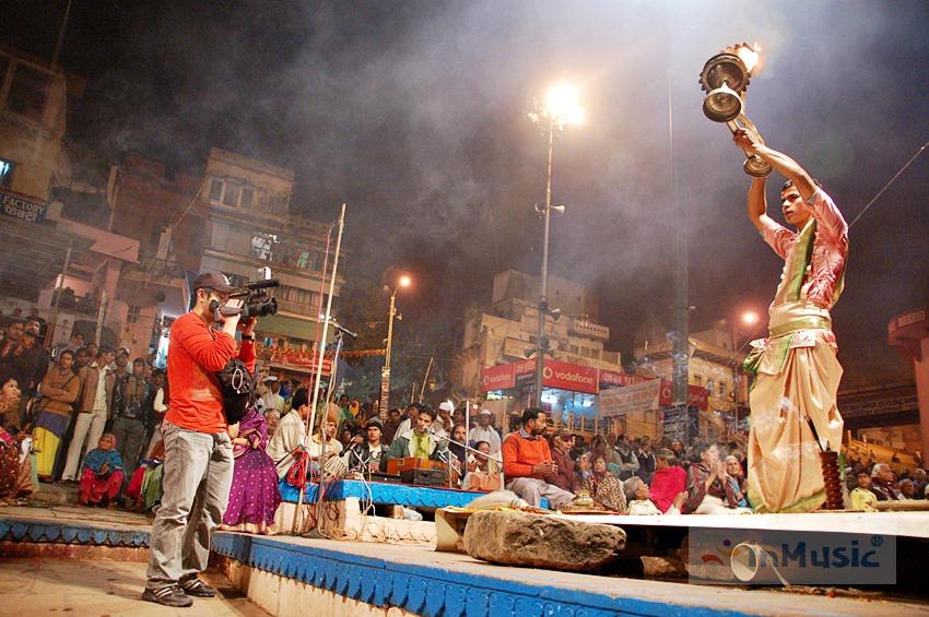 바라나시 다샤스와메드 가트의 뿌자 의식 / 힌두교 아르띠 뿌자 (Aarti Puja) 불의 숭배의식, 힌두교 음악 | by inMusic 인뮤직