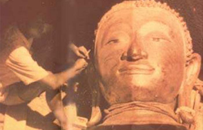 사진: 1955년 태국 황금불상이 발견된 당시 석회로 덧씌워진 모습. 황금으로 된 불상은 검은 옻칠이 되었고 그 위에 다시 석회를 씌워서 일부러 볼품없는 불상으로 보이게 했다. [실수가 발견한 황금불상]