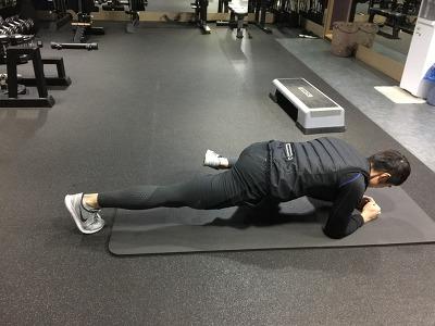 겨울철 환절기 면역력 높이는 운동방법 2-스파이더맨 플랭크(Spiderman Plank)