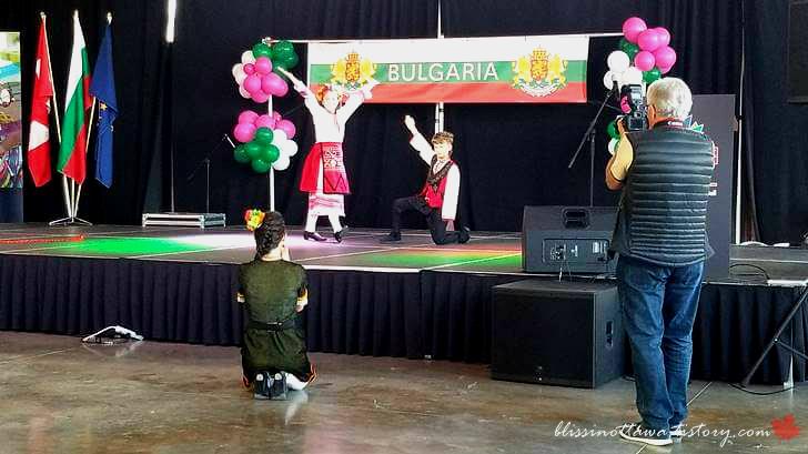 어린이 전통 댄스입니다