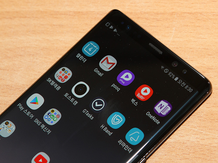 갤럭시노트8 사용기, S펜 ,듀얼카메라, 달라진 점,IT,IT 제품리뷰,구매하기 전에 잠깐 써볼 수 있는 기회가 있었습니다. 갤럭시노트8 사용을 해보고 S펜 듀얼카메라 달라진 점을 살펴보려고 하는데요. 확실히 써보면 가장 마지막 나온 스마트폰 답습니다. 갤럭시노트8 사용을 해볼 수 록 완성도에 놀랍니다. S8+를 구매해서 이미 사용 중이여서 사실 큰 차이점은 몇가지 뿐이긴 한데요. 하지만 그 바뀐점이 주요한 부분이긴 합니다. 이번 버전이라면 S8에서 이미 사용자들이 경험했겠지만 아주 좋은 하드웨어에 여러가지 편의 기능이 만난 버전이라고 생각해야할 것 같습니다.