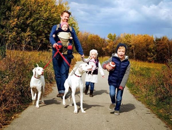 산책하는 엘리자베스 가족