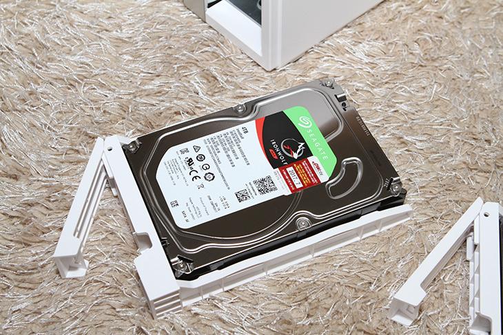 큐냅 TS-231P, NAS 설치 , 포트 트렁킹, 다중 USB 포트,IT,IT 제품리뷰,요즘은 가격도 저렴하지만 성능도 괜찮은 제품 많군요. 큐냅 TS-231P NAS 설치 및 포트 트렁킹 다중 USB 포트에 대해서 알아볼텐데요. 이 제품은 듀얼코어 1.7GHz Cortex-A15 프로세서와 DDR3 1GB 메모리를 갖춘 제품 입니다. 큐냅 TS-231P NAS 를 사양만 봐서는 약간 뭔가 부족한 느낌이 있기는 한데요. 실제로 써보니 반응 속도나 속도는 꽤 괜찮네요. 확실히 시간이 흐를 수록 NAS 제품도 가격은 저렴해지면서 더 슬만한 제품이 많이 나오는것 같습니다. 이 제품은 하드디스크 미포함으로 20만원대에 구매해서 쓸 수 있는 제품 입니다.